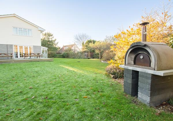 Pizza oven BBQ area with Hot Tub at Ladywell Croyde
