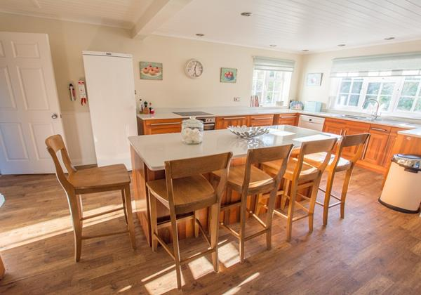 Large open plan kitchen with breafast seating area