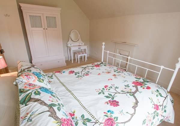 Relaxing master bedroom Bridge Cottage in Croyde